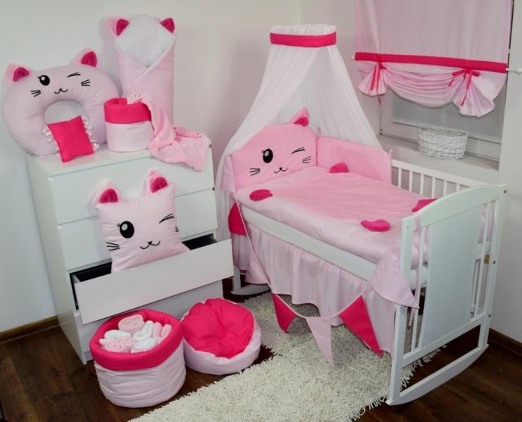 pic ružová mačička dospievajúci v nohavičky trubice